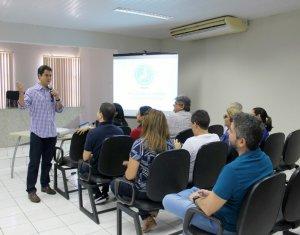 Juiz Thiago Brandão apresenta prestação de contas da Amapi em Assembleia Geral